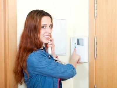 Frau mit Wifi Türklingel